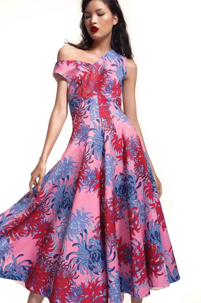 Trên nền sắc hồng ngọt ngào hợp xu hướng, họa tiết hoa xanh đỏ vừa tạo nên sự tương phản mạnh mẽ nhưng vẫn hòa hợp đến kì lạ