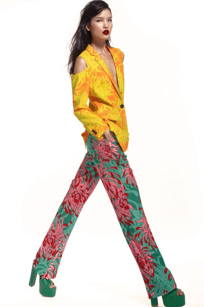 Đỗ Mạnh Cường tạo nên một tổng thể độc đáo giữa áo vest xẻ vai cùng quần âu ống suông