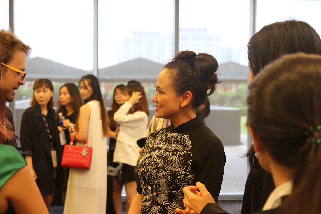 Chị LanVy Nguyễn cới mở giao lưu với khách mời của Fashion Colloquia trong buổi tiệc trà