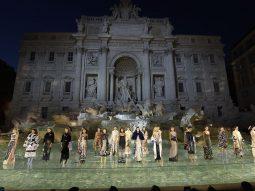 Fendi Thu Đông 2016 Couture biến tượng đài Trevi thành sàn diễn catwalk