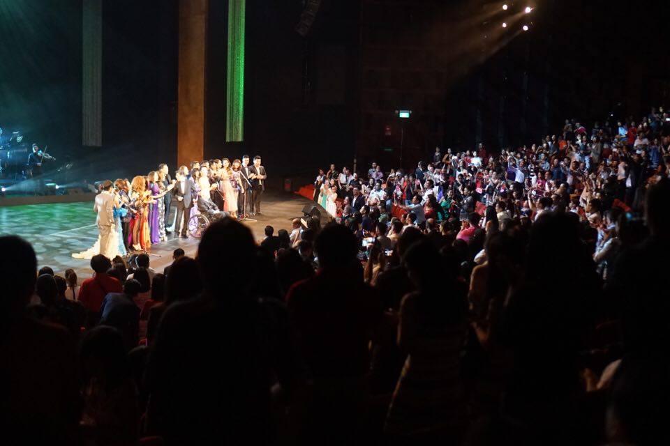 Cuối chương trình, khán gỉa đứng lên vỗ tay nhiệt liệt cám ơn các nghệ sĩ đã mang đến một đêm nhạc vô cùng ý nghĩa và tràn đầy cảm xúc