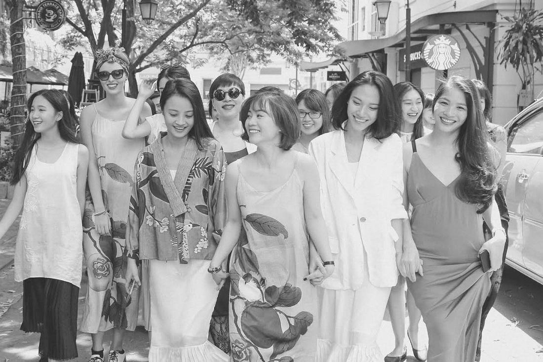 Hàng loạt các cô gái Hà thành đã đổ bộ trên các con phố nhỏ trong trang phục của Lam