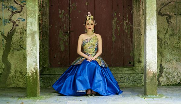Hoàng Thuỳ Linh trong một thiết kế của NTK Cory Trần