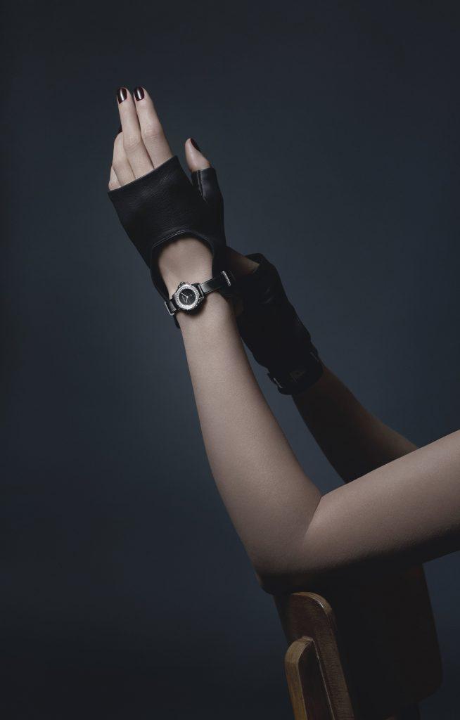 J12XS_montre gants noirs