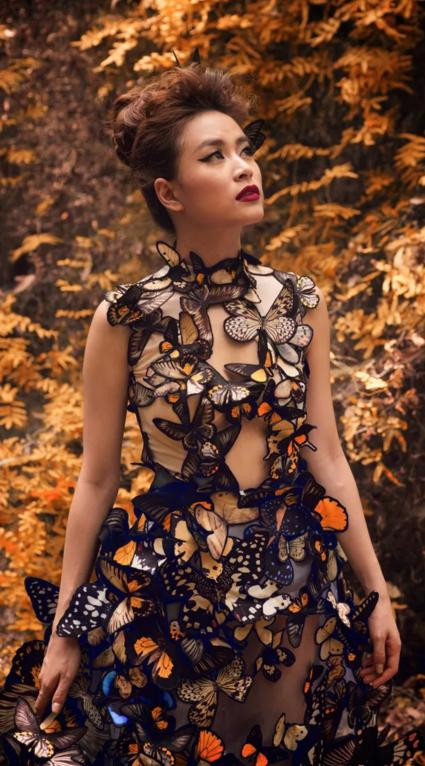 """Mẫu trang phục họa tiết thêu 3D những chú bướm được nhà thiết Võ Công Khanh thiết kế riêng cho người đẹp trong MV """"Bánh Trôi Nước"""""""