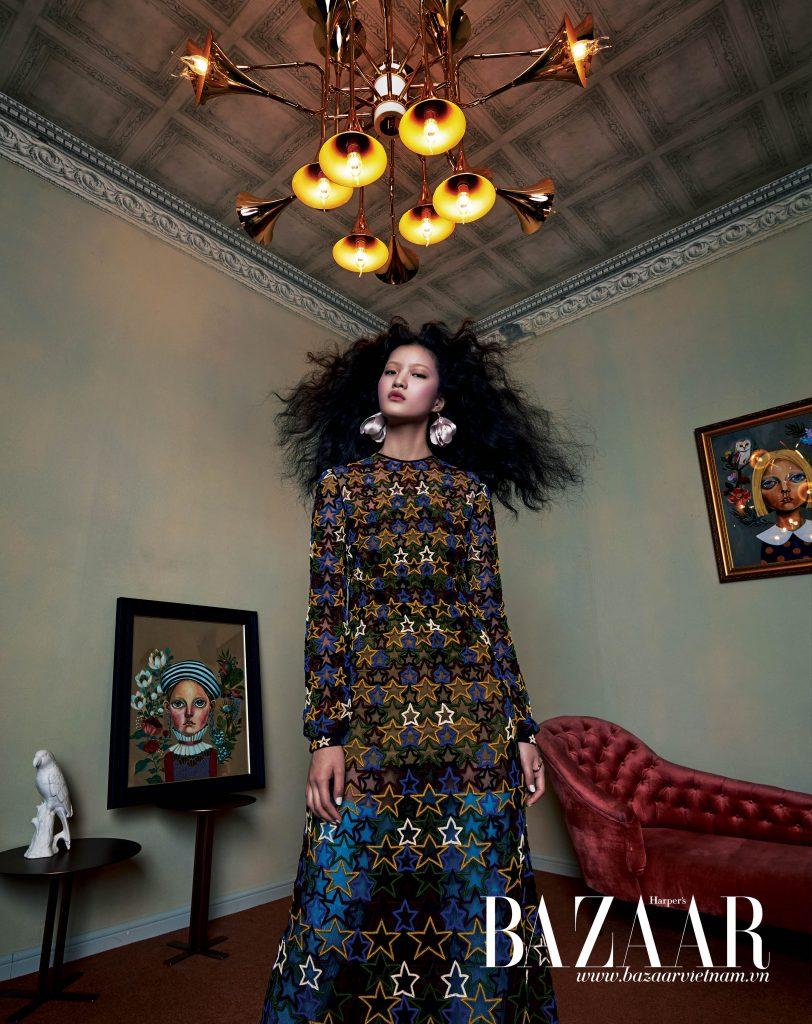 Đầm họa tiết ngôi sao, Valentino. Hoa tai, H&M. Cuff đeo tay, CYE Design