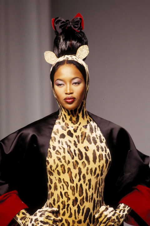 Naomi Campbell trong trang phục Guy Laroche, 1994