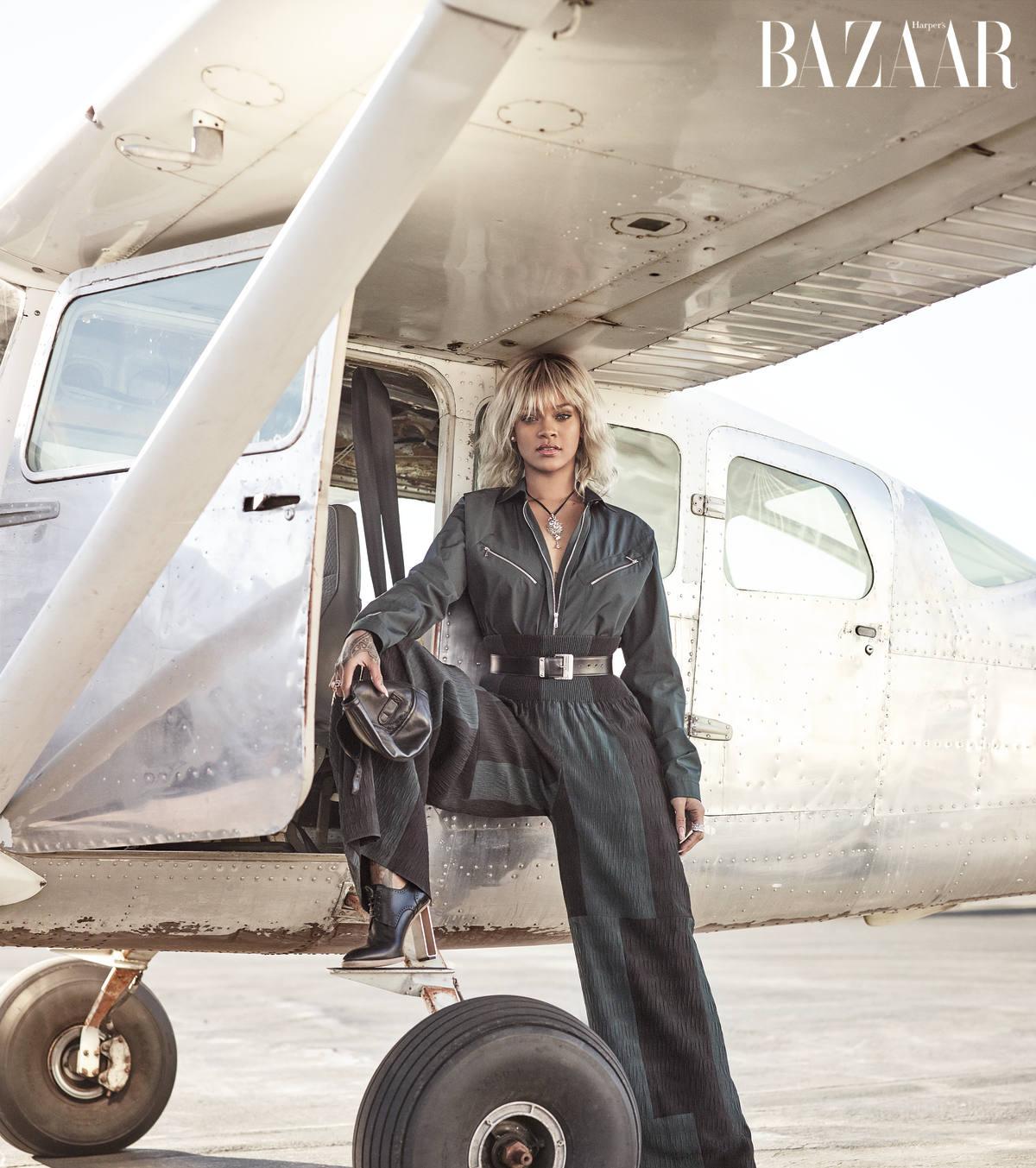 CỔ ĐIỂN: Áo khoác và quần, Stella McCartney. Kính mát, Ray-Ban. Đồng hồ, Jaeger-LeCoultre. Giày, Hermès