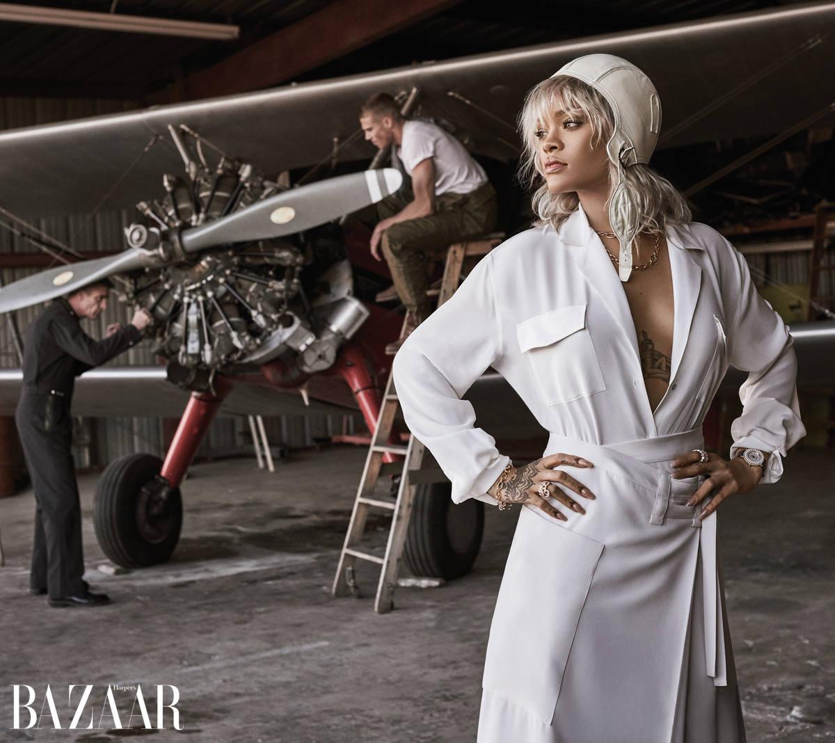 Áo và chân váy, Bottega Veneta. Mũ bay, Ralph Lauren Collection. Vòng cổ và đồng hồ, Chopard. Nhẫn, Dior Fine Jewelry. Vòng tay, Cartier