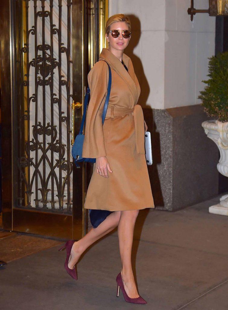 Áo khoác cột dây màu camel kết hợp với túi xách màu blue và giày cao gót