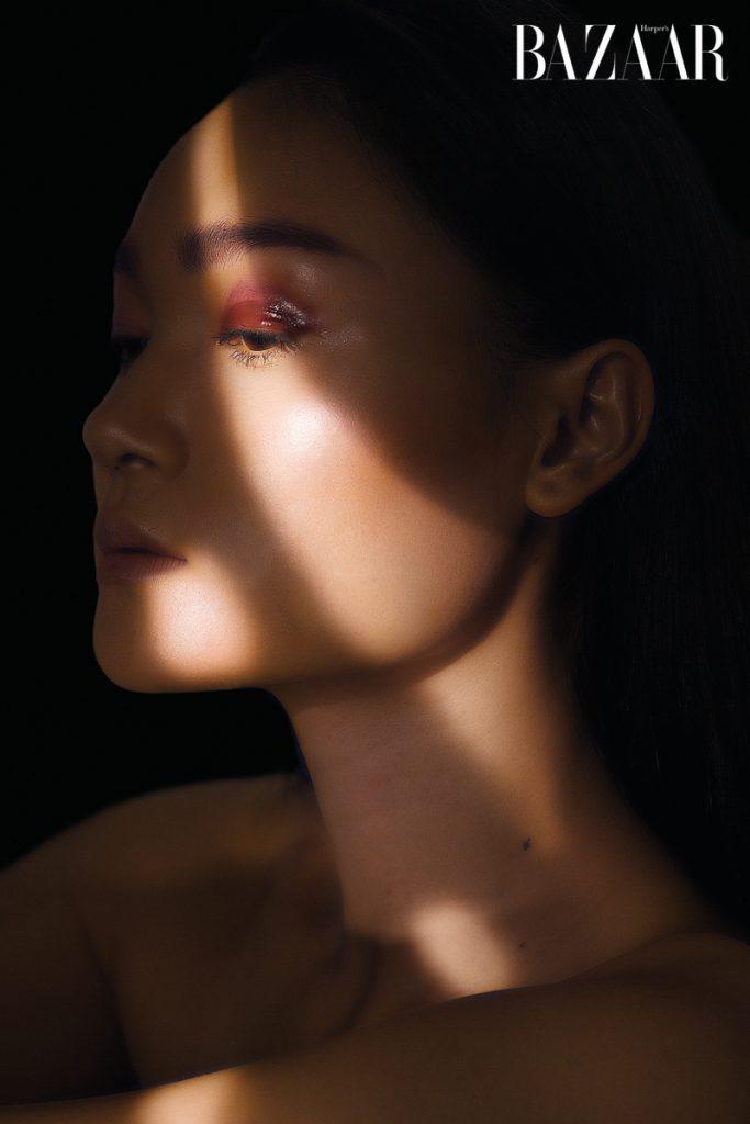 Phong cách trang điểm tự nhiên với điểm nhấn đặc biệt, màu đỏ nổi bật trên bờ môi gợi cảm (trang trái) hay bầu mắt khép hờ (trang phải) tạo nên sự quyến rũ của phái đẹp Mỹ phẩm chuyên gia trang điểm Ruan Đặng sử dụng trên môi (trang trái) và bầu mắt (trang phải) của Dior