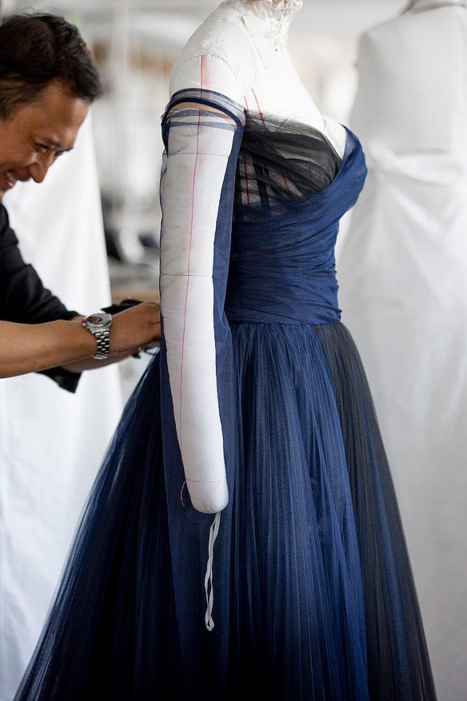 Nghệ nhân nhà Dior chỉnh sửa trang phục