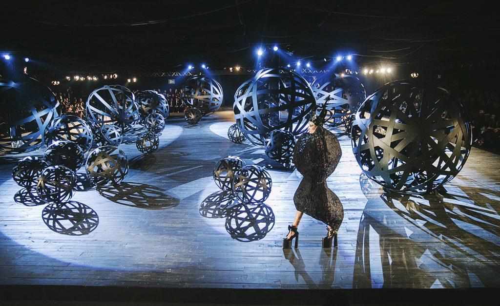 Sự giao thoa giữa âm nhạc, ánh sáng và thời trang avant-garde trong show diễn The Little Black Dress