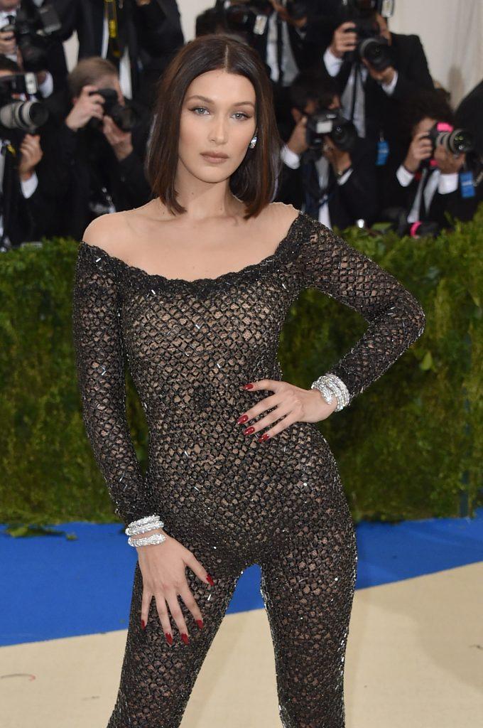 Bella Hadid diện Vòng tay nữ trang cao cấp Serpenti bằng vàng trắng 18K nạm kim cương ( B765)