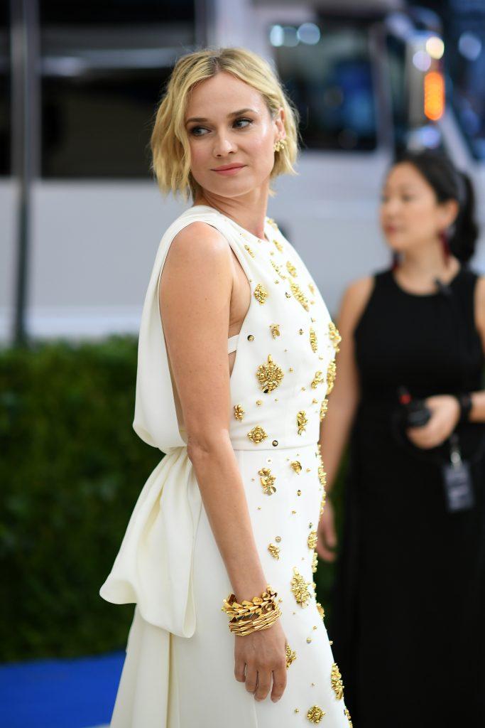 Nữ diễn viên đeo vòng tay Heritage vàng và vàng hồng (MUS0211), tạo điểm nhấn cho đôi tay thon