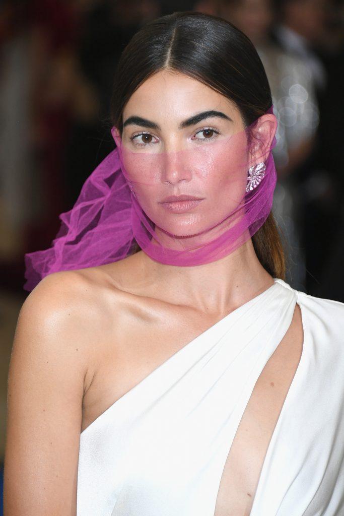 Lily Aldridge đeo hoa tai Heritage bạch kim nạm kim cương (MUS0186)