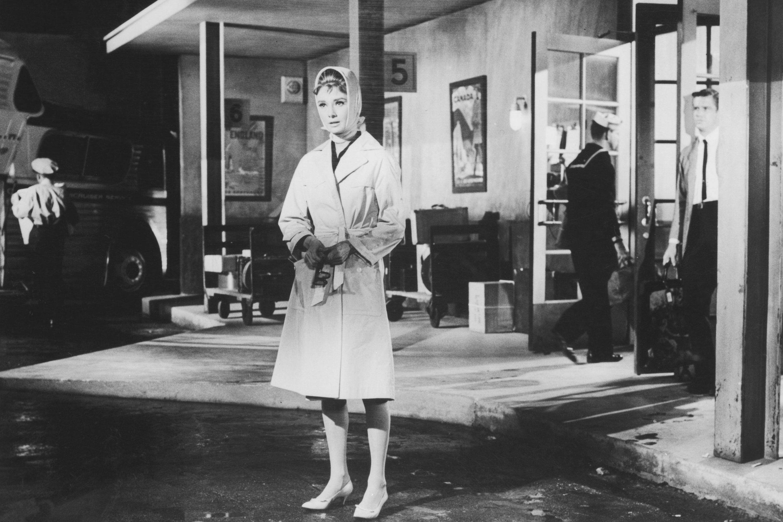 Audrey Hepburn với chiếc áo trench coat trong bộ phim kinh điển Breakfast at Tiffany's.