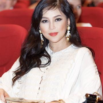 """Nu doanh nhan Thuy Tien xem dem nhac """"Sai Gon Bolero va Hung"""" 1960 hinh anh"""