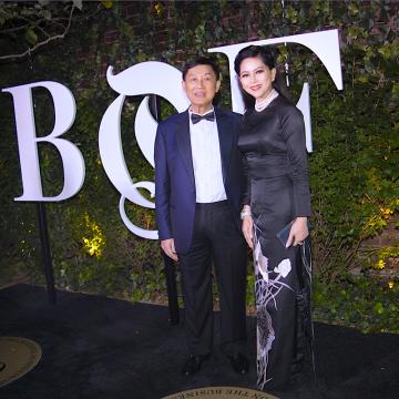 ong Johnathan Hanh Nguyen va doanh nhan Thuy Tien