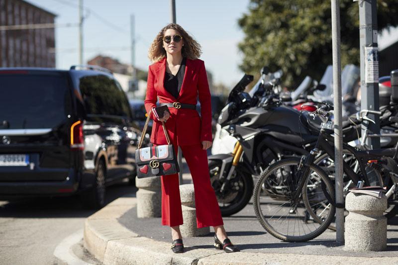 Mẫu thắt lưng Gucci đen xuất hiện tại Tuần lễ Thời trang Milan.