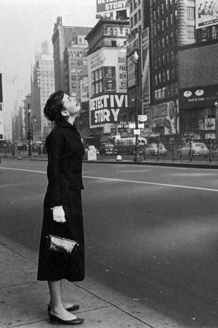 Hepburn tại Quảng trường Thời đại trong bộ phim Broadway run of Gigi năm 1951.