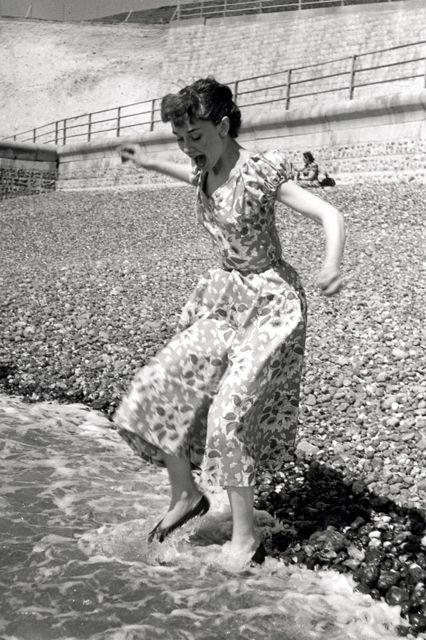 Hepburn vui đùa trên bãi biển ở Sussex, Anh, năm 1951.
