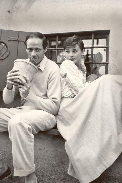 Hepburn với người chồng đầu tiên, Mel Ferrer, ở Ý năm 1956.