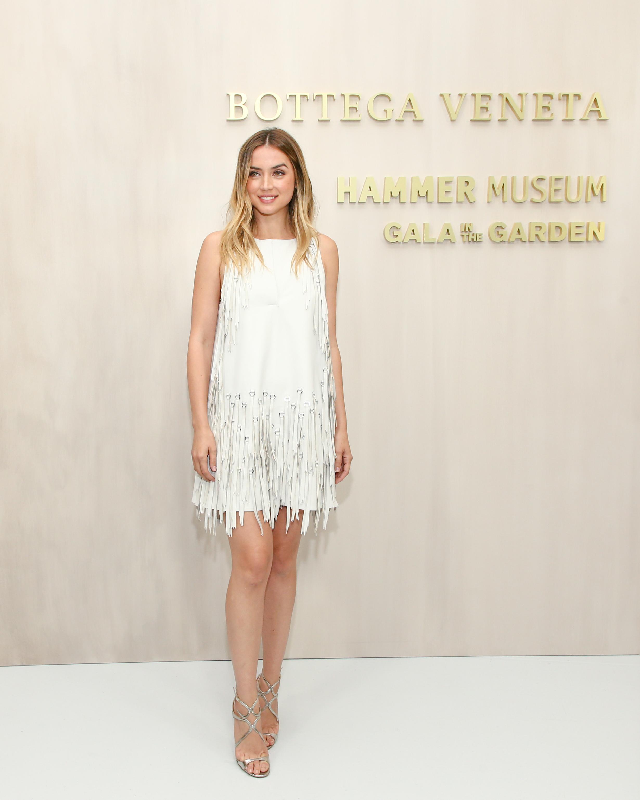Anna De Armas với đầm trắng Mist Lamb.