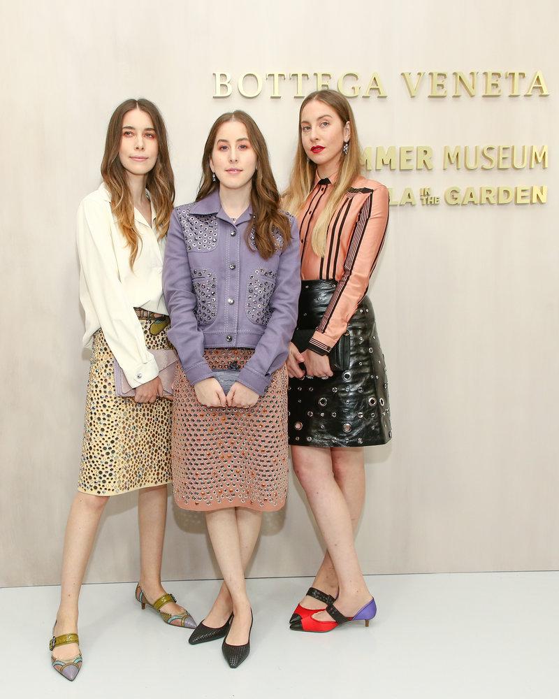 Ba chị em Alana Haim, Danielle Haim và Este sành diệu với các thiết kế da đặc trưng trong bộ sưu tập Bottega Veneta Xuân Hè 2018.