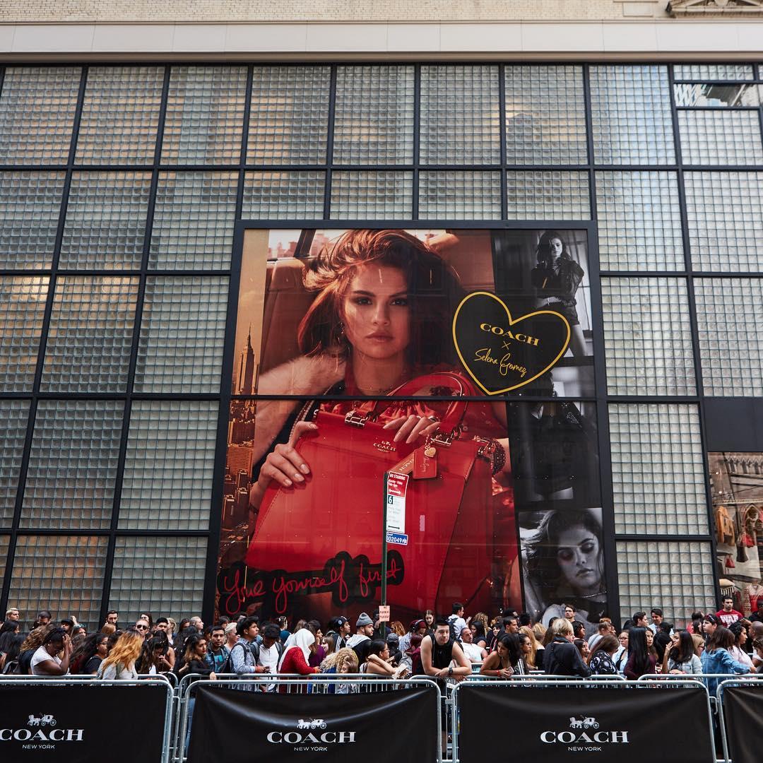 Người hâm mộ xếp hàng chờ đợi sự kiện ra mắt BST Coach X Selena Gomez tại New York