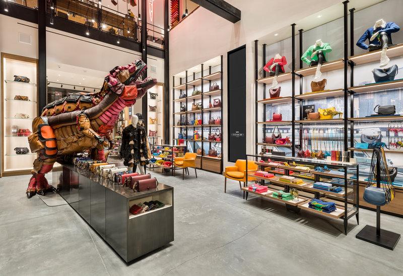 Mô hình khủng long kết từ 400 chiếc túi Coach được đặt trong một cửa hàng kiểu mới.