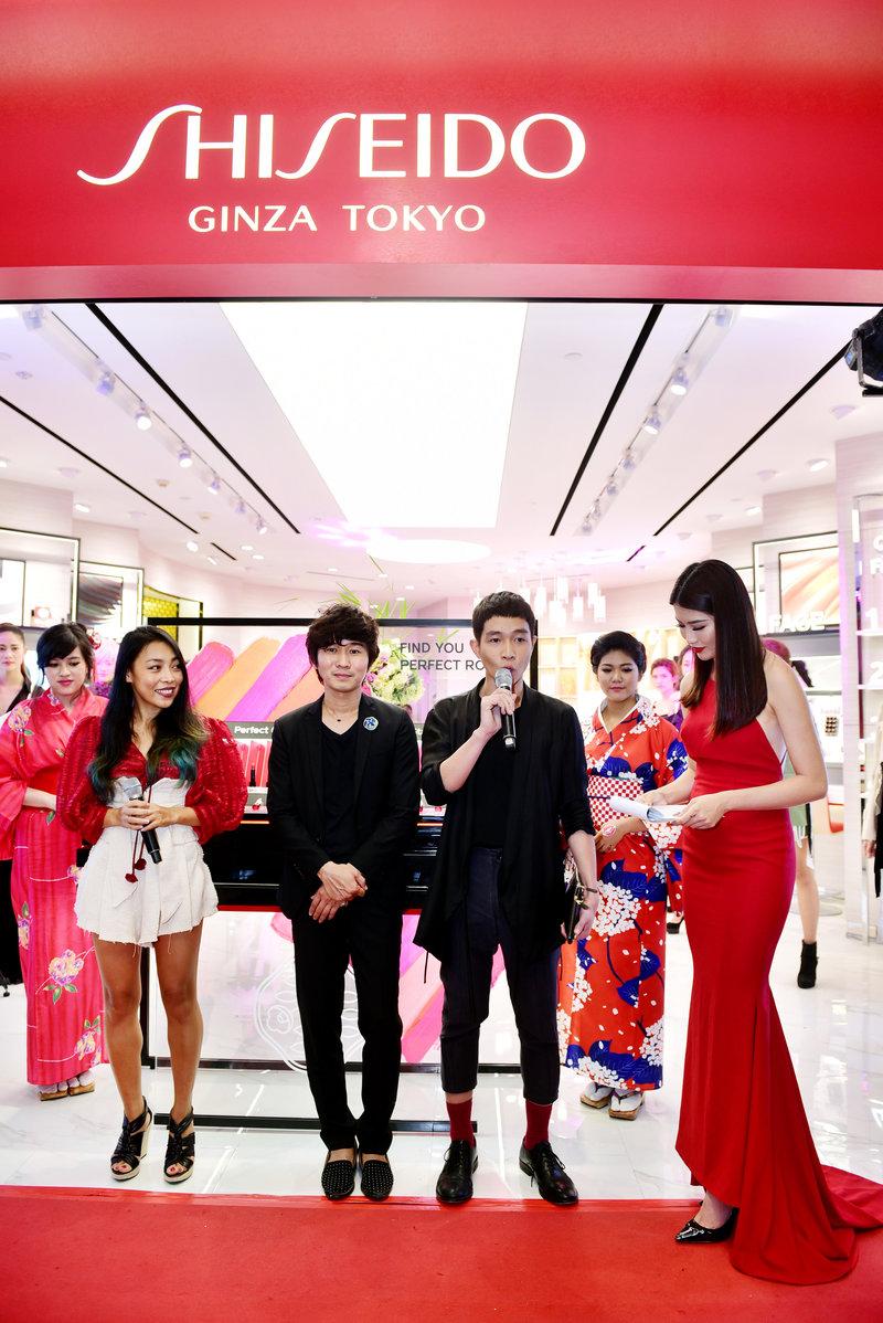 Chuyên gia trang điểm Tùng Châu (giữa), nhà hai nhà thiết kế Jenny Kim (trái) và Nguyễn Hoàng Tú (phải)