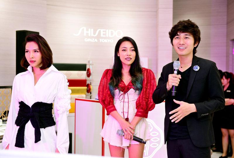 NTK Jenny Kim cùng makeup artist Tùng Châu chia sẻ với khách mời nguồn cảm hứng thiết kế và phong cách trang điểm phá cách, đổi mới có phần nổi loạn.
