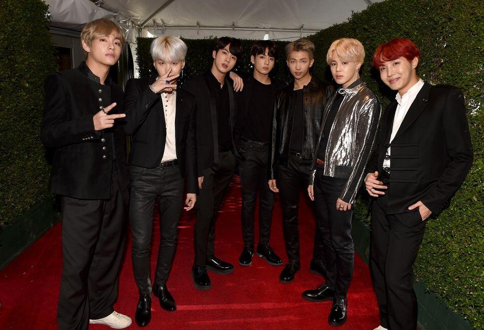 Nhóm nhạc BTS trong trang phục cao cấp của Saint Laurent