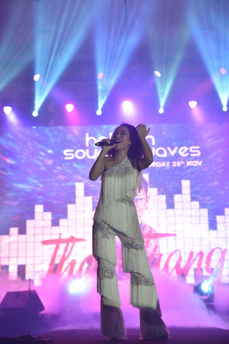 Giọng ca lạ Thảo Trang mở màn với ca khúc Together We Fly đầy sôi động; làm khán phòng nhanh chóng nóng lên.