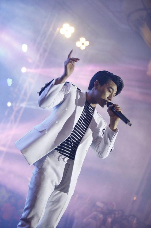 Sau khi gửi lời chào đến khán giả, Isaac bắt đầu phần trình diễn với ca khúc Bống Bống Bang Bang - ca khúc đã góp phần làm nên tên tuổi của nhóm 365 DaBand.