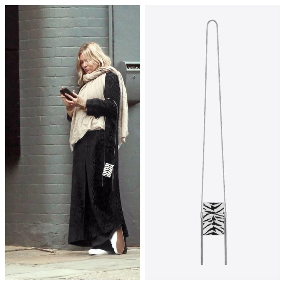 KATE MOSS xuống phố với trang phục khá luộm thuộm, điểm nhấn duy nhất dành cho nàng cựu siêu mẫu chắc chắn là chiếc túi xách Smoking Box lạ mắt với họa tiết tiger trắng đen