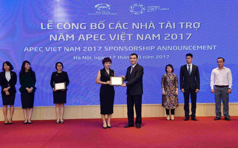 Đại diện PNJ nhận biểu trưng tài trợ của BTC APEC 2017
