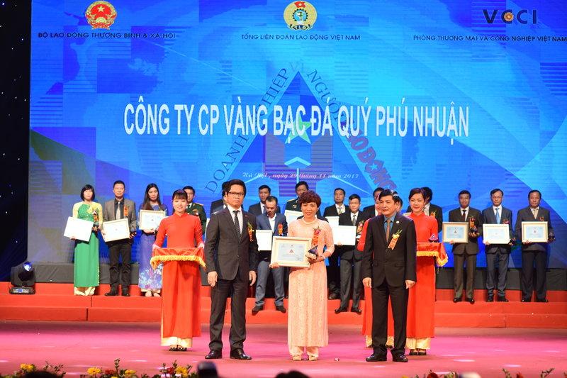 Bà Phạm Thúy Dung đại diện PNJ nhận chứng nhận Doanh Nghiệp Vì người lao động