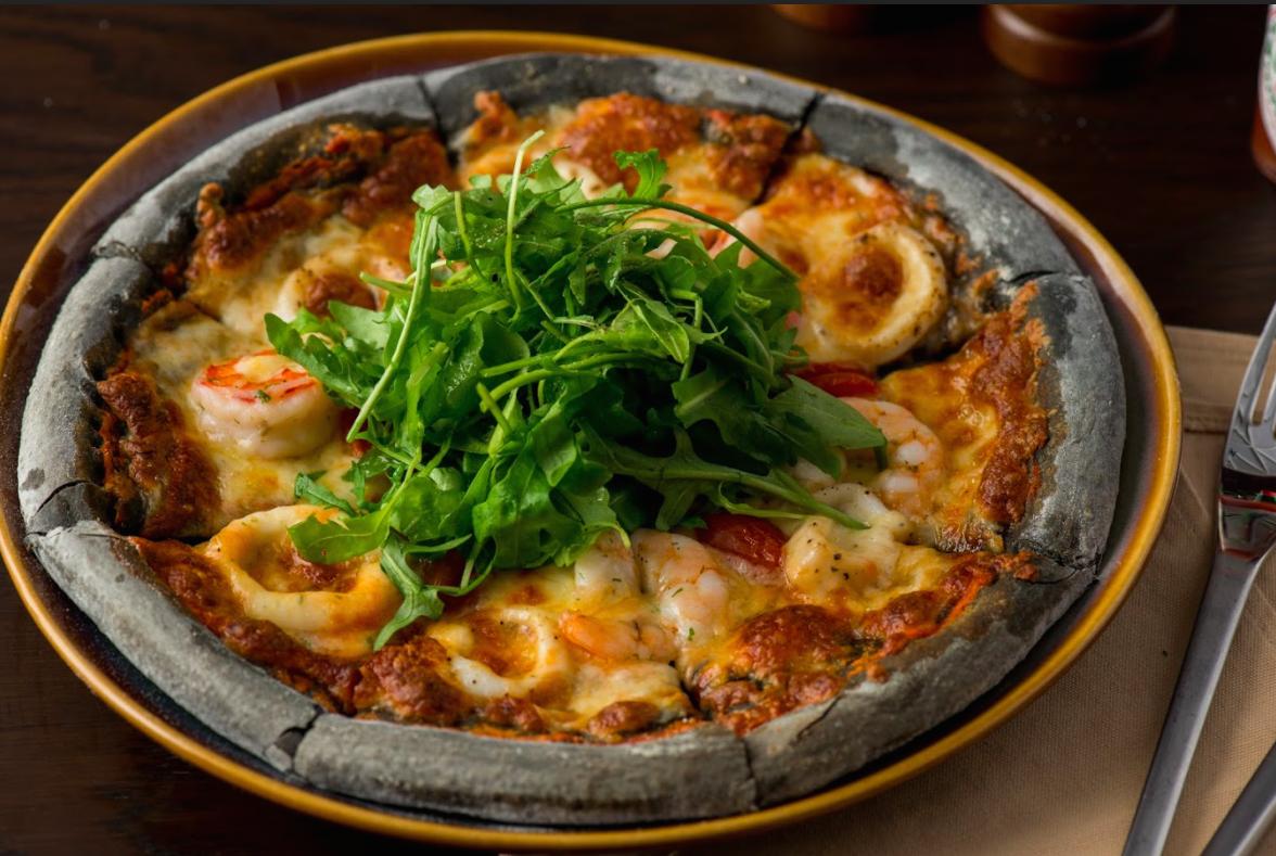 Pizza đen khác biệt với bột bánh làm từ mực của con mực