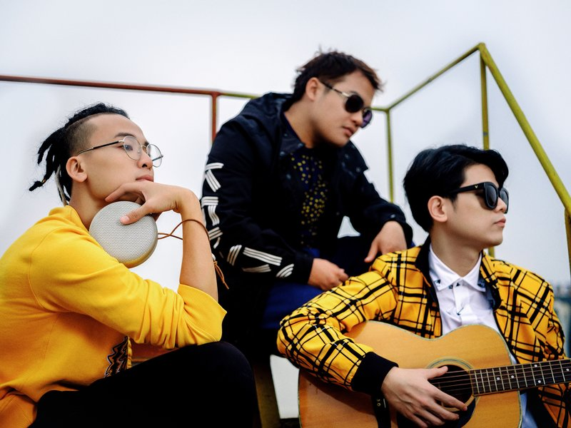 Loa di động Bang & Olufen Play A1 trong phút giây đồng điệu của bộ 3 thành viên Da LAB Trang phục: Kenzo