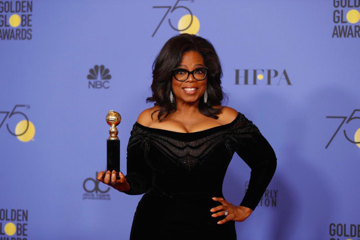 Oprah Winfrey cầm trên tay giải thưởng danh giá.