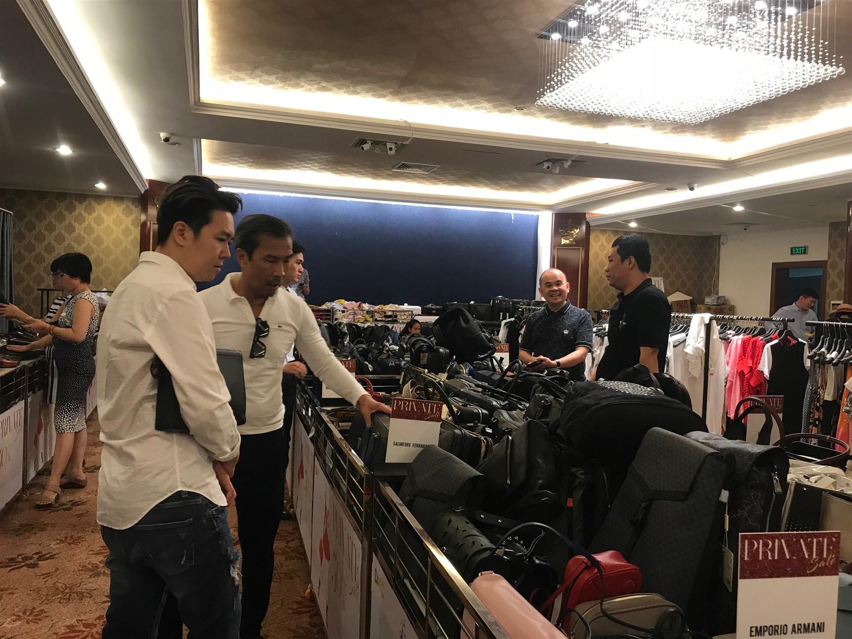 Lê Hiếu và Thuận Nguyễn đang xem các mẫu túi xách