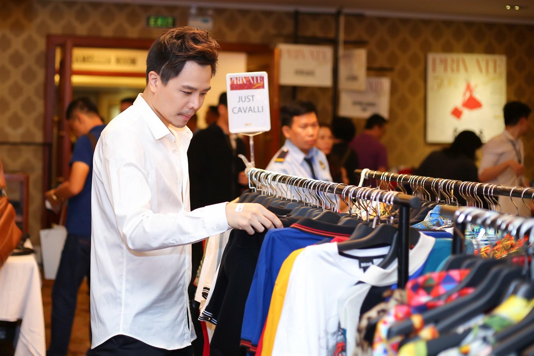 Trịnh Thăng Bình đang chọn thêm trang phục Just Cavalli