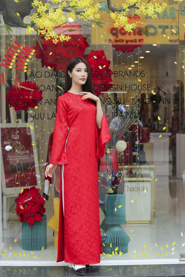 Tạo dáng yêu kiều với thiết kế trang nhã của NTK Adrian Anh Tuấn; nữ diễn viên Diễm My muốn nhấn mạnh rằng áo dài - dù cổ điển hay truyền thống - cũng giúp cho các bạn nữ dịu dàng và nữ tính hơn hẳn.