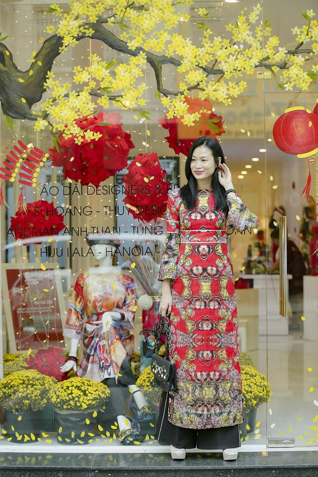 Cựu người mẫu Trương Thanh Trúc e ấp trong tà áo dài của NTK Adrian Anh Tuấn. Cô tin rằng việc lựa chọn áo dài xuống phố đầu năm sẽ mang đến nhiều may mắn.