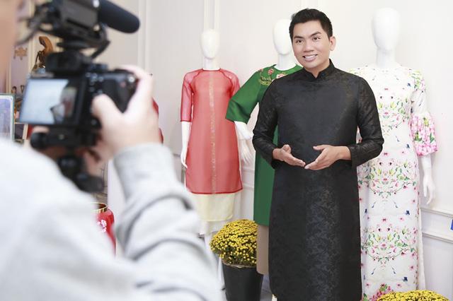 """Giám đốc sáng tạo trong lĩnh vực nhiếp ảnh thời trang - Nguyễn Hoàng Anh phấn khởi nhận định: """"Tà áo dài truyền thống ngày nay đã được mặc và phối theo tinh thần hiện đại để phù hợp hơn với sự phát triển của thời trang. Dù là áo dài cổ điển hay là áo dài tân thời; áo dài mãi luôn là nguồn cảm hứng bất tận trong nhiếp ảnh. Tết Việt, hãy mặc áo dài để lưu lại những khoảnh khắc thật đẹp với người thân""""."""