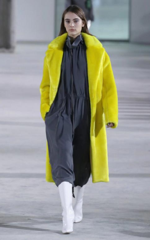 Chiếc áo khoác vàng của Tibi sẽ là điểm nhấn tạo nên nét đặc sắc dành cho mọi set đồ.
