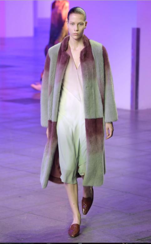 Với hiệu ứng chuyển màu đặc sắc; chiếc áo khoác lông từ Sies Marjan có thể được kết hợp với rất nhiều món đồ; từ denim đến cashmere mà vẫn rất sang trọng.