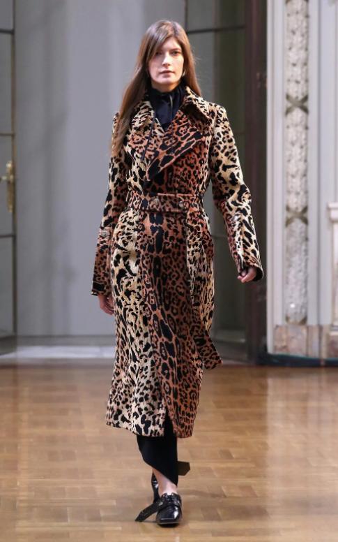 Chiếc áo trench mang hoạ tiết da báo của Victoria Beckham có thể được xem là món đồ must-have đối với những phụ nữ sành điệu.